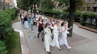 Menés par des femmes, des cortèges pacifiques ont parcouru Minsk, le 13 août 2020. (VASILY FEDOSENKO / REUTERS)