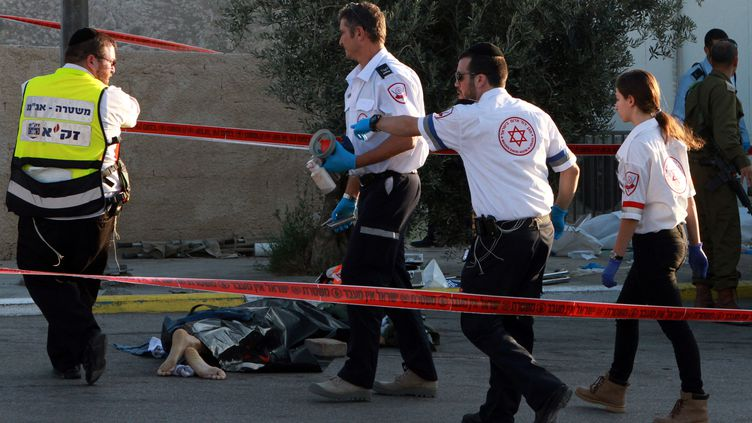 Les secours interviennent, le23 novembre 2015, sur les lieux d'une agression au couteau à Jérusalem. (GIL COHEN MAGEN / AFP)