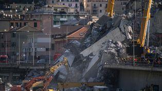 Les secouristes travaillent dans les décombres à Gênes (Italie), le 17 août 2018. (MARCO BERTORELLO / AFP)