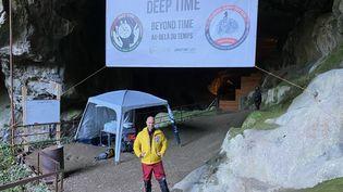 Christian Clot, le créateur de la mission Deep Time, à l'entrée de la grotte de Lombrives en Ariège, le 13 mars 2021. (BORIS LOUMAGNE / RADIO FRANCE)