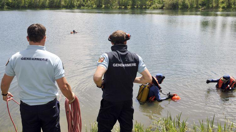 Des plongeurs de la gendarmerie nationale, le 4 juin 2013, à Issoire (Puy-de-Dôme). (THIERRY ZOCCOLAN / AFP)