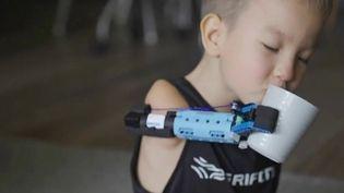 Un jeune homme de 22 ans a conçu et fabriqué une prothèse de bras à partir de Lego. Un petit garçon de 8 ans a pu en bénéficier. (FRANCE 2)
