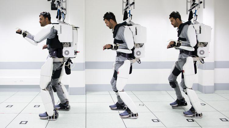 Un patient tétraplégique parvient à se déplacer grâce à un exosquelette contrôlé par ses ondes cérébrales, le 3 octobre 2019 à Grenoble (Isère). (HO / CLINATEC ENDOWMENT FUND / AFP)