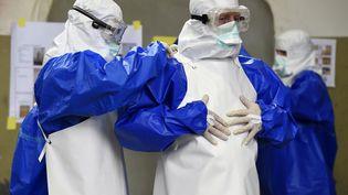 Des volontaires allemands se préparent à aller dans les pays africains touchés par Ebola, à Appen (Allemagne), le 23 octobre 2014. (FABIAN BIMMER / REUTERS)