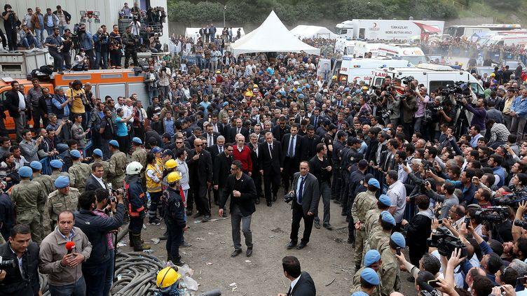 Le Premier ministre turc, Recep Tayyip Erdogan, en visite à Soma (Turquie), sur les lieux de l'accident minier, le 14 mai 2014. (CEM OKSUZ / AFP)