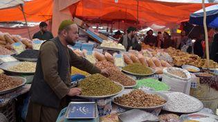 Un vendeur sur un marché de Kaboul, le 12 mai 2021, en Afghanistan. (WAKIL KOHSAR / AFP)