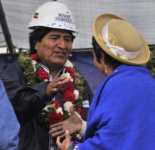 Le président bolivien, Evo Morales, serre la main à une femme quechua lors de l'inauguration d'une centrale électrique à Yacuiba (extrême sud du pays) le 27 septembre 2014. (AFP - Aizar Raldes)
