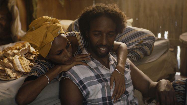 "Yasmin Warsame (Nasra) et Omar Abdi (Guled) dans une scène du film""La Femme du fossoyeur"" (""The Gravedigger's Wife""),deKhadar Ayderus Ahmed.  (LA FEMME DU FOSSOYEUR)"