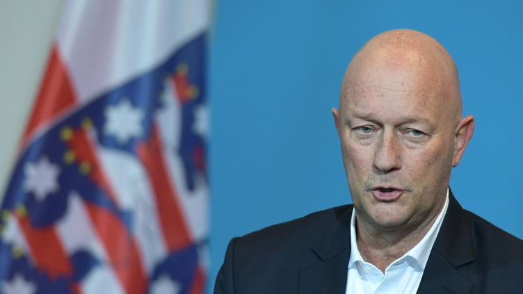 Thomas Kemmerich, le nouveau président de la Thuringe, membre du FDP (centre droit), lors d'une conférence de presse àErfurt, en Allemagne, le 5 février 2020. (JENS SCHLUETER / AFP)