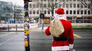 Un père Noël, le 28 novembre 2015 à Berlin (Allemagne). (GREGOR FISCHER / DPA / AFP)
