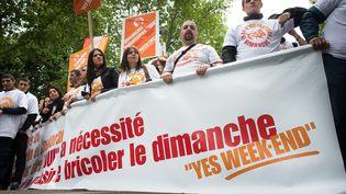 Des salariés des magasins Leroy Merlin et Castorama manifestaient à proximité du ministere du Travail à Paris, le 14 mai 2013, pour défendre l' ouverture des enseignes de bricolage le dimanche. ( / MAXPPP)
