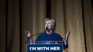 Hillary Clinton, candidate aux primaires démocrates, tient un discours lors d'une collecte de fonds, à New York (Etats-Unis), le 2 mars 2016. (ANDREW RENNEISEN / GETTY IMAGES NORTH AMERICA / AFP)