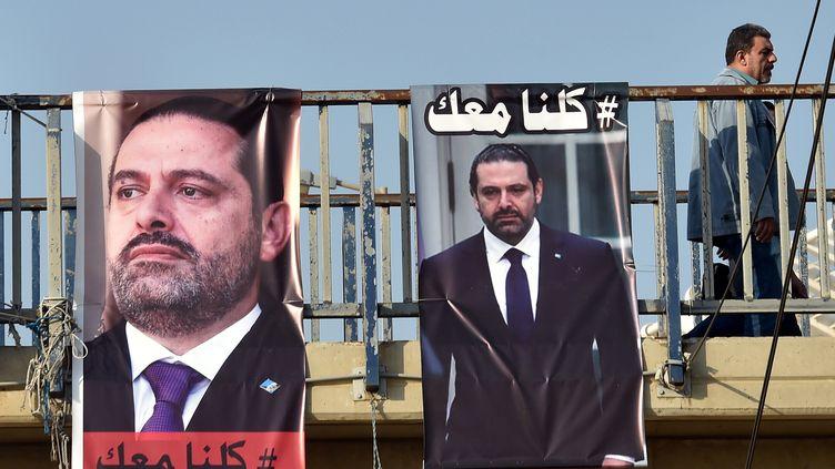 """Des affichesde soutien auPremier ministre libanais démissionnaire, Saad Hariri, à Beyrouth, on peut lire en arabe """"Nous sommes tous avec toi"""". (WAEL HAMZEH / EPA)"""