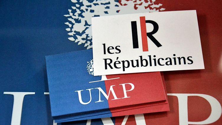 Le logo du nouveau parti Les Républicains sur un drapeau aux couleurs de l'UMP, le 19 mai 2015 à Paris. (GERARD BOTTINO / CITIZENSIDE.COM / AFP)