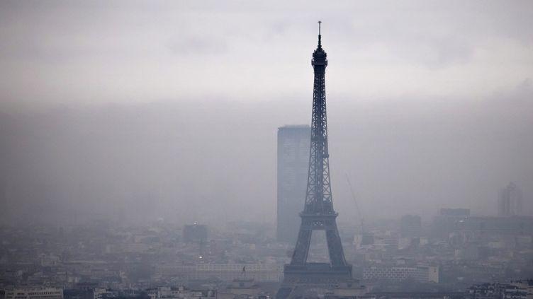 La tour Eiffel lors d'un épisode de pollution atmosphérique, le 6 décembre 2017. (MAXPPP)