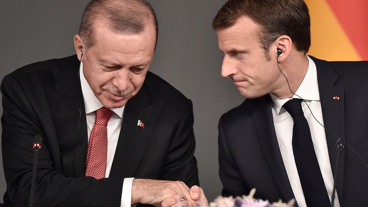 Les présidents Emmanuel Macron et Reccep Tayyip Erdogan lors d'un sommet à Istanbul le 27 octobre 2018. (OZAN KOSE / AFP)