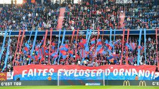 Les supporters du SM Caen, avant un match de Ligue 1 contre les Girondins de Bordeaux, le 24 mai 2019, au stade Michel d'Ornano à Caen. (JEAN-FRANCOIS MONIER / AFP)