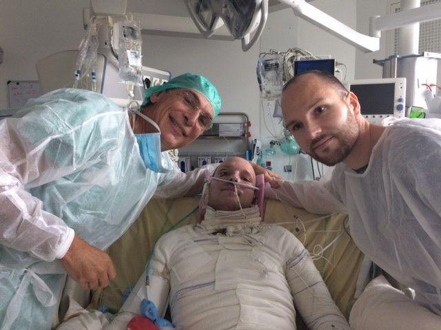Le professeurMaurice Mimoun, Franck et son frère Eric (MAURICE MIMOUN / HOPITAL SAINT-LOUIS AP-HP)