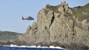 Intervention d'un hélicoptère de la Marine française sur les côtes de l'île dePorquerolles, le 29 octobre 2013. (GERARD JULIEN / AFP)