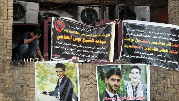 Des portraits des victimes de l'attaque à la voiture piégée accrochés à Bagdad (Irak), le 5 juillet 2016. (SABAH ARAR / AFP)