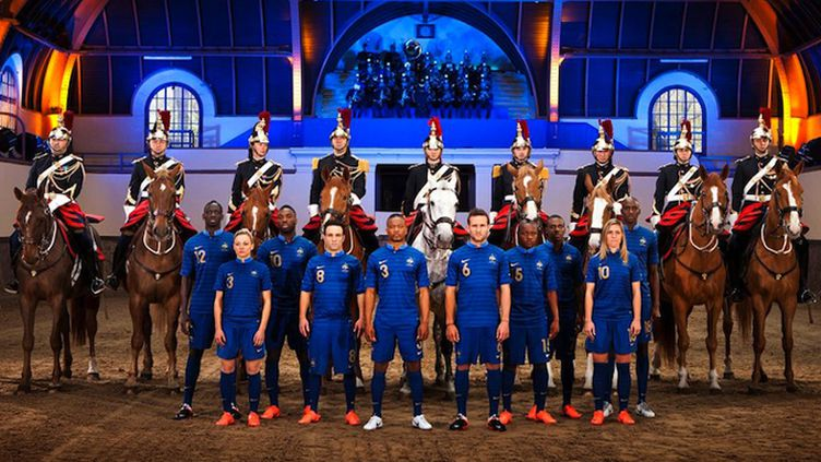 Les Bleus arborant la nouvelle tenue domicile pour l'Euro 2012.