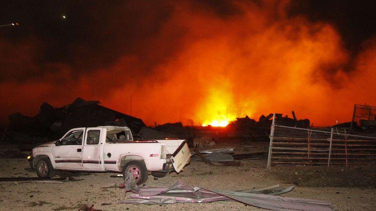 Le feu ravage la site de West Fertilizer, à West, près de Waco, auTexas (Etats-Unis), le 17 avril 2013. (MICHAEL AINSWORTH / AP / SIPA)