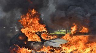Une voiture brûlée pendant des manifestations contre la loi Travail à Nantes, le 31 mars 2016. (LOIC VENANCE / AFP)