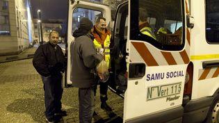 Des membres d'une équipe itinérante du Samu social, le 30 décembre 2014, à Boulogne-Billancourt. (KENZO TRIBOUILLARD / AFP)