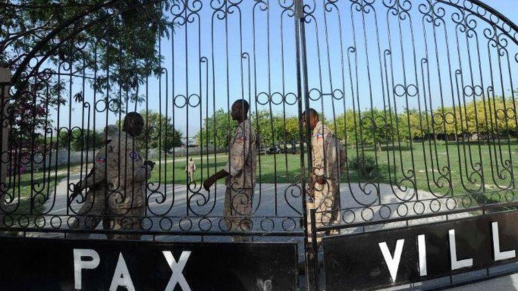 Des policiersla morgue Pax Villa où repose le corps de l'ex-dictateur haïtien corps Jean-Claude Duvalier, à Port-au-Prince, le 4 Octobre 2014. (HECTOR RETAMAL / AFP)