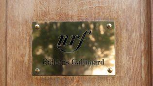 Plaque sur l'immeuble des éditions Gallimard à Paris. (GILLES TARGAT / GILLES TARGAT)