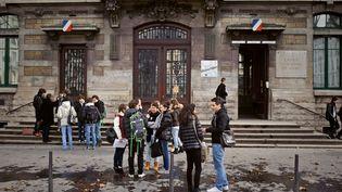 Des élèves devant le lycée du Parc, à Lyon, en 2012. (Photo d'illustration) (JEAN-PHILIPPE KSIAZEK / AFP)