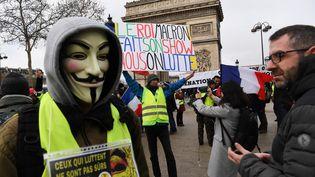 """Des manifestants rassemblés en haut des Champs-Elysées à Paris lors d'une des manifestation du onzième samedi de mobilisation des """"gilets jaunes"""", le 26 janvier 2019. (CHRISTOPHE ARCHAMBAULT / AFP)"""