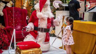LePhotoHebdodu vendredi 25 décembre s'intéresse à Noël fêté dans le monde entier. (capture France 2/ Mohd Rasfan/AFP)