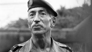 Le général Jacques Vidal, commandant supérieur des forces armées de la Nouvelle-Calédonie, pose dans la grotte de Gossanah, le 6 mai 1988 à Ouvéa. (- / AFP)