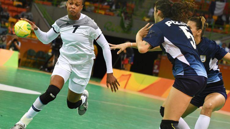 Allison Pineau se joue de la défense argentine (ED JONES / AFP)