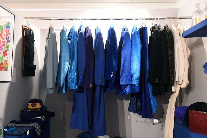 Certains vêtements du directeur de cabaret Michou sont mis aux enchères le 10 juillet 2020, à l'hôtel Artcurial de Paris. (DELALANDE RAYMOND/SIPA)