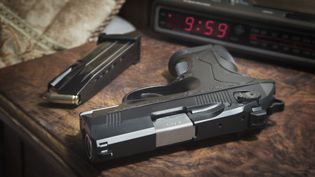 Un pistolet sur une table de nuit. (ALAN MAJCHROWICZ / PHOTOLIBRARY RM)