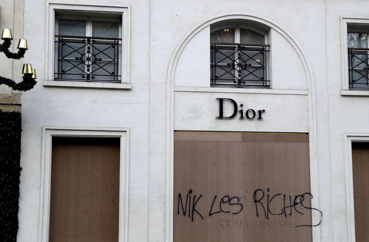 Boutique Dior parisienne taguée, 15 décembre 2018  (Geoffroy VAN DER HASSELT / AFP)