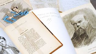 """""""Les Poètes maudits"""", portrait de Rimbaud  (G) et """"Confessions"""", portrait de Verlaine (D) de Paul Verlaine : éditions originales [nid: 125799]  (BERTRAND GUAY / AFP)"""