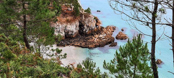 La plage de l'île Vierge, sur la presqu'île de Crozon, est très prisée des touristes, mais aussi fragile. Une partie de la falaise qui la surplombe s'est effondrée au printemps 2021. (BENJAMIN ILLY / RADIO FRANCE)