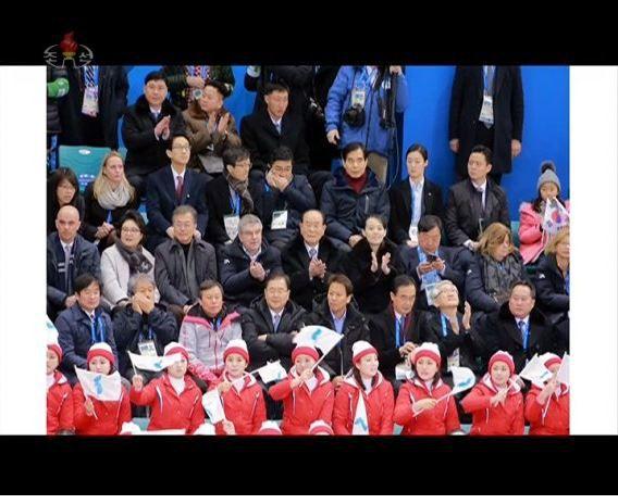 Capture d'écran de la chaîne de télévision nord-coréenne KCTV, dimanche 11 février 2018, montrant la rencontre de hockey sur glace féminin disputée la veille aux Jeux olympiques de Pyeongchang (Corée du Sud). (MARTYN WILLIAMS)