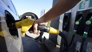 Après la flambée de l'énergie, gaz et électricité, la hausse du prix des carburants en station-service. (FRANCK PENNANT / MAXPPP)