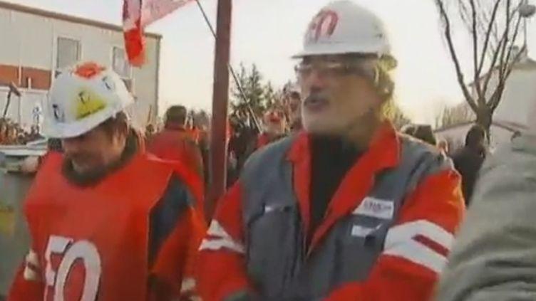 Des ouvriers d'ArcelorMittal de Florange (Moselle) en route pour occuper les locaux dede la direction de l'usine, le 20 février 2012. (AURÉLIE MÉROT ET JEAN-PIERRE PASTEUR - FRANCE 2)