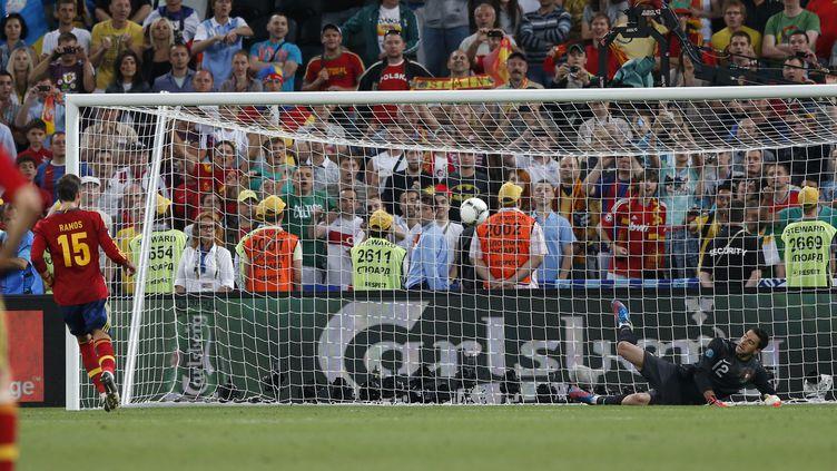 La panenka de Sergio Ramos contre le Portugal, le 27 juin 2012 à Donetsk (Ukraine). (DARREN STAPLES / REUTERS)