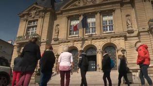 Mardi 28 mai, l'Assemblée nationale vote la loi de transformation de la fonction publique. À Suresnes (Hauts-de-Seine), la mairie n'a pas attendu pour prendre des initiatives. Depuis fin mars, elle propose à ses agents de pratiquer une activité sportive sur leurs heures de travail. (FRANCE 2)