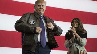 Le président américain Donald Trump endosse un blouson d'aviateur de l'armée américaine, le 5 novembre 2017, sur la base militaire américaine de Yokota, à l'occasion d'un voyage au Japon. (JIM WATSON / AFP)