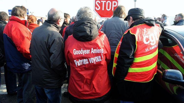 Des salariés de l'usine Goodyear en face de leur usine à Amiens (Somme), le 26 février 2013. (PHILIPPE HUGUEN / AFP)