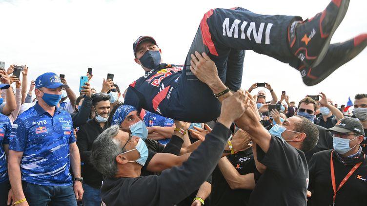 La joie de Stéphane Peterhansel et de son team sur le Dakar 2021. (FRANCK FIFE / AFP)