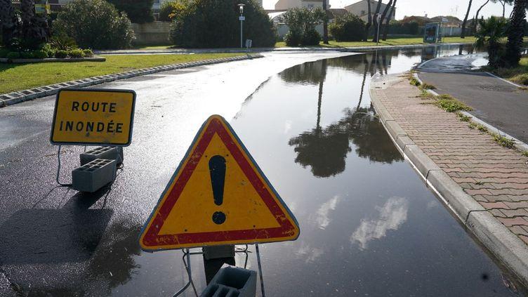 Une route inondée à Palavas-les-Flots (Hérault), le 23 novembre 2019. (PASCAL GUYOT / AFP)