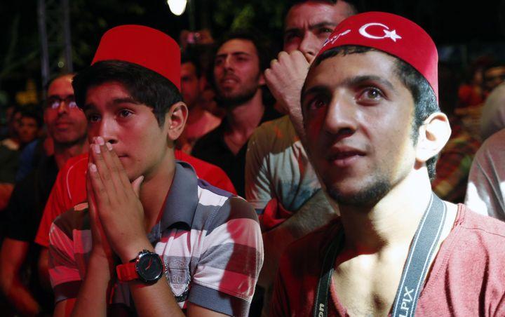 Des Turcs sous le choc après l'annonce de la défaite de la candidature d'Istanbul pour les Jeux Olympiques 2020, le 7 septembre 2013 à Istanbul (Turquie). (MURAD SEZER / REUTERS)